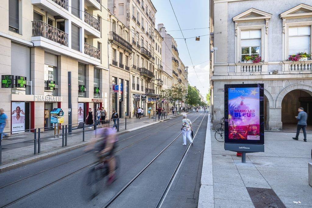 Lumiplan_Ville_Ecrans-information-couleur_totem_Saint-Etienne